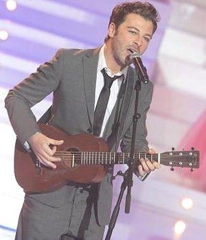 Christophe est toujours avec sa guitare